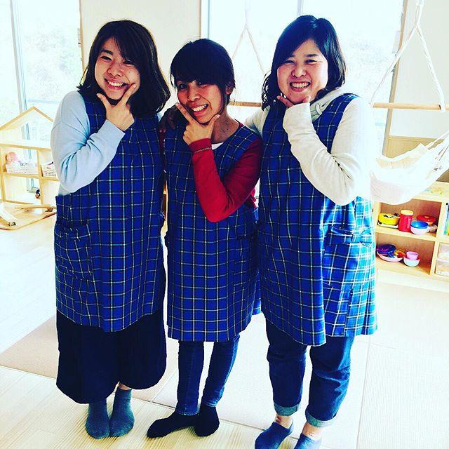 制服贈呈式\(^o^)/..@morinohoikuen ︎ @cagliarikobe ..神戸で育つ元気な『神戸っ子』.いつまでも神戸を想い、神戸の街を大切にしていってほしいという想いをいっぱい込めさせて頂きこのプロジェクトは、スタートしました\(^o^)/..ちょうど港神戸開港150周年記念の去年の秋頃、「神戸タータンチェック」柄のスモック、制服製作のプロジェクトが進められていきました..神戸市の花、紫陽花のブルー海、空、をイメージして、赤いポートタワーのラインで愛を込めて️️今回(株)バロン @Cagliari kobe さん、神戸タータンさんのご協力の元、この様な素敵なスモック、スタッフの制服が完成しましたよ\(^o^)/..スモックは、丈や首回りポケット、背中などにもこだわって頂き動きやすくなっています。制服も可愛いリボンのポケットには、子どもたちがプレゼントしてくれるお手紙やどんぐり葉っぱなども分けて入れられる様になっています︎..もりの保育園入園第1期生の新入園児さんも真新しいスモックに袖を通して満面の笑みで写真撮影をしましたよ❣️❣️❣️..お子さま、スタッフ、給食スタッフ、みんなでまあるくおそろいです..@cagliarikobe @cagliari.official (❣️神戸フランツや神戸を代表するお店などの制服を手掛けていらっしゃいます❣️).#神戸タータン#スモック#制服