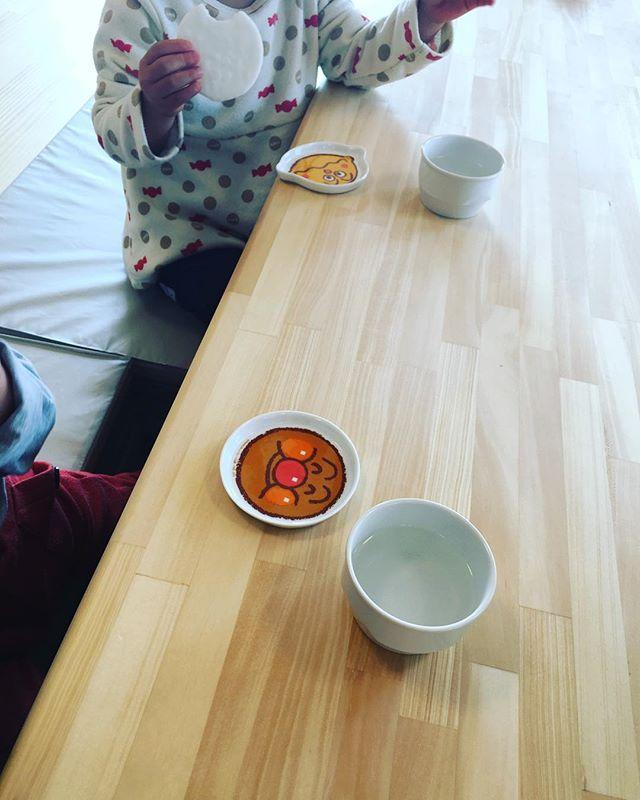 朝のおやつタイム︎..おせんべい.バリバリバリ..「きょうはなにちて、あそぶかな。」..「きょうの、おきゅうしょくなにかちら♡」..お話が聞こえて来そうです\(^o^)/.#舞多聞もりの保育園 #もりの保育園#朝のおやつタイム#おせんべい