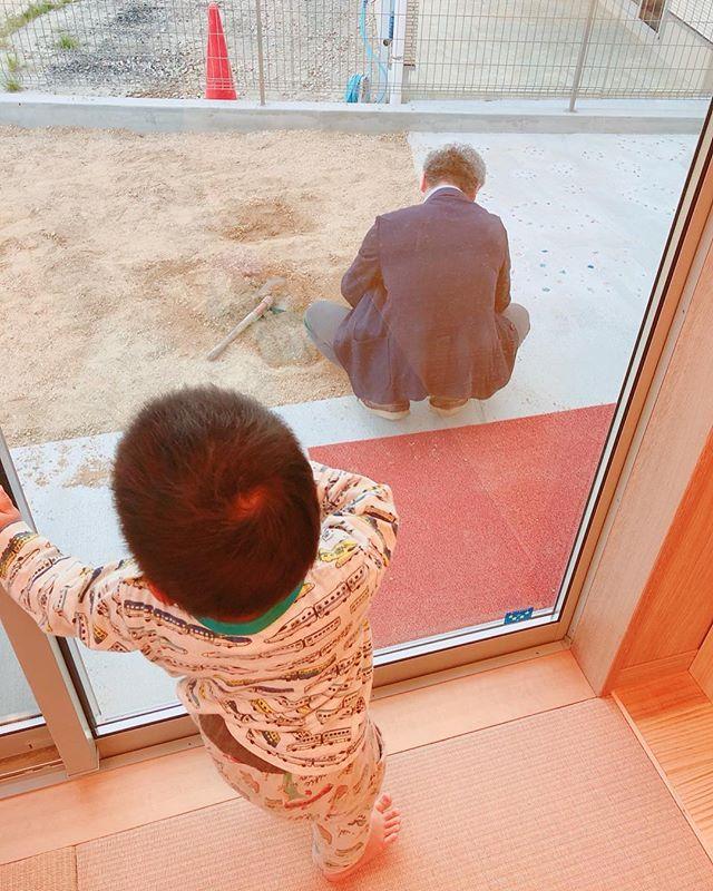 皆様もご存知の通り、舞多聞もりの保育園は、たくさんの人たちの手で成り立っています。特に(株)クレストホームさんの皆様には特にお世話になっています..太田黑社長︎..いつも、保育園のお子さまのため職員のため、いろんな心遣いをして下さります\(^o^)/..先日砂場の砂を、ふるいに掛けてくださり子どもたちも砂場遊びを毎日楽しんでいますよ\(^o^)/..Eくんも太田黑社長の熱い背中を見守ってくれていましたよ︎.#舞多聞もりの保育園#小さなお庭#砂場#どろんこ #泥んこ遊び@morinohoikuen @cresthome_in_kobe 太田黑社長(いつも有言実行❣️)