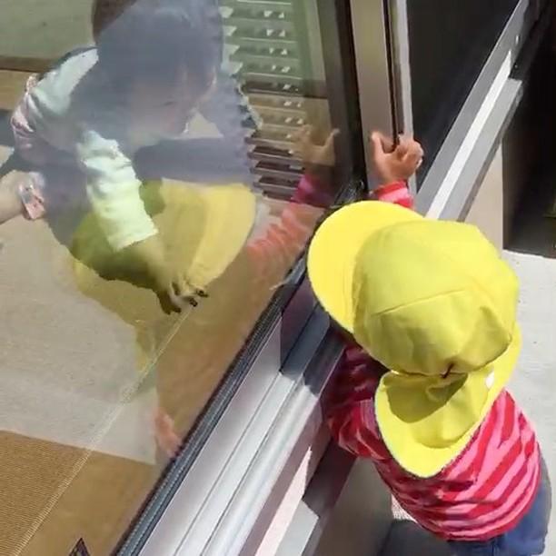 窓からお友だち見〜つけた#お友だち#嬉しいね#仲良し#舞多聞もりの保育園#もりの保育園#1歳児#キラリ#ピンクのハート