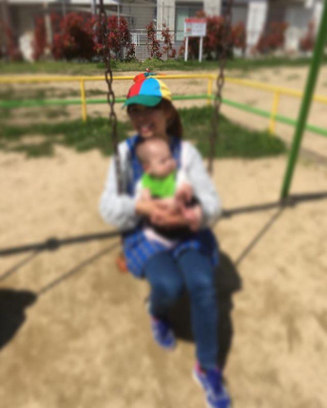 園長、どこでもこの帽子。目印。0歳児さんもぶらんこ\(^o^)/#0歳からのyoga#キラリ#ピンクのハート#タケコプター#夢を与えるエンターテイナー