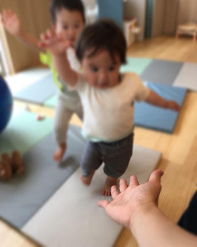 ハイチーズ♡︎('ω'︎ )#ハイタッチ#1歳児#舞多聞もりの保育園#もりの保育園#ピンクのハートプロジェクト#0歳からのyoga#まんまるねんね