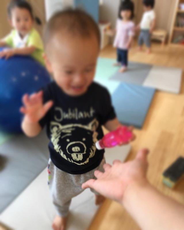 ハイチーズ♡︎('ω'︎ )#はいタッチ#1歳児#舞多聞もりの保育園#もりの保育園#ピンクのハートプロジェクト#0歳からのyoga#まんまるねんね