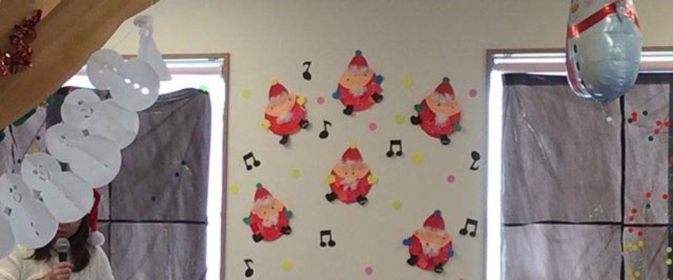 舞多聞もりの保育園クリスマス会ママとパパ、お友達、先生みんなでお歌を歌い楽しく過ごしました☆サンタさん登場にはみんな大喜び♪プレゼントをもらいみんなでハイチーズ️ #神戸市 #垂水区 #舞多聞 #もりの保育園 #保育園  #舞多聞100年の杜 #サンウッド株式会