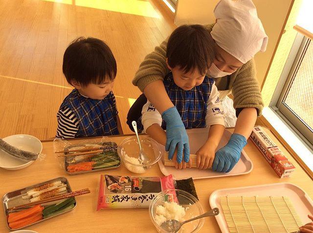 2月1日ひと足早く節分の会をしました!.2歳児にじぐみは巻き寿司をつくりました☆好きな具材を選んで、巻き巻きしましたよ!(^^)..上手に作れました☆..#神戸市 #垂水区 #舞多聞 #もりの保育園 #舞多聞100年の杜 #サンウッド株式会社