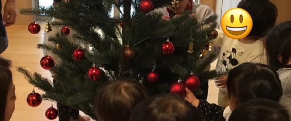 みんなでクリスマスツリーに飾り付けサンタさんからのプレゼントを待ってるよ☆
